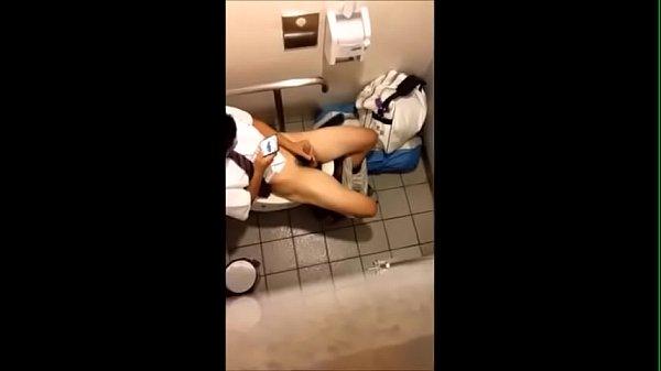 学生トイレでオナ 盗撮されてるの気づかず